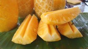 Abeja en la piña fresca y dulce en el mercado Imagen de archivo