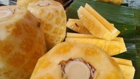 Abeja en la piña fresca y dulce en el mercado Fotografía de archivo libre de regalías