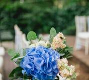 Abeja en las flores de la ceremonia de boda Imagen de archivo libre de regalías