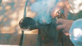 Abeja-fabricante de un dispositivo del fumador del busca del tubo del humo para rechazar abejas malvadas de la forma de vida Colm almacen de metraje de vídeo