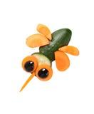 Abeja hecha de zanahoria y del pepino en el fondo blanco Imagen de archivo libre de regalías