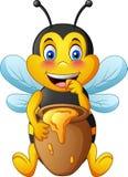 Abeja linda de la historieta con el pote de arcilla por completo de miel libre illustration