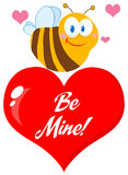 Abeja linda un corazón rojo Foto de archivo libre de regalías