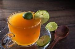 Abejas de la miel y jugo de limón en cristal Foto de archivo