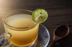 Abejas de la miel y jugo de limón en cristal Imagen de archivo