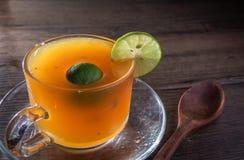 Abejas de la miel y jugo de limón en cristal Imágenes de archivo libres de regalías