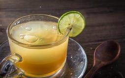 Abejas de la miel y jugo de limón en cristal Fotografía de archivo libre de regalías