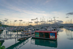 Abel Point Marina in Airlie-Strand met jachten op ligplaats en potentiometer royalty-vrije stock foto