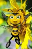 A abelha do mel e o sol amarelo grande florescem Imagem de Stock Royalty Free