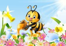 Abelha dos desenhos animados que guarda a cubeta do mel com fundo da flor Fotografia de Stock Royalty Free