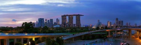 Abend über Singapur vom Jachthafen-Schwall lizenzfreies stockfoto