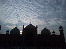 Abend-Ansicht der alten Moschee mit blauem Himmel u. Wolken in Pakistan Stockfotos
