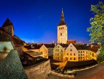 Abend-Ansicht der alten Stadt und der Kirche Sankt Nikolaus (Niguliste) Stockfotografie