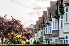 Abend-Ansicht der Reihe der typischen englischen Reihenhäuser in Northampton Lizenzfreie Stockbilder