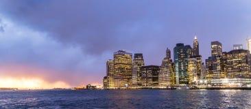 Abend-Ansicht des Lower Manhattan Stockfotos