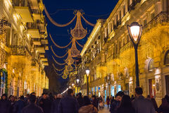 Abend auf Baku-Straßen, gehende Leute Stockfotos