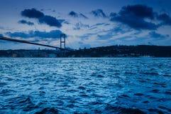 Abend auf der Bosphorus-Brücke Stockfoto