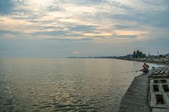 Abend auf der Küste der Berdyansk-Bucht Lizenzfreies Stockfoto