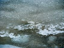 Abend auf einem gefrorenen Seeschmelzwasser stockfoto