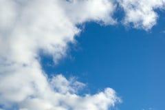 Abend bewölkt sich auf dem Hintergrund des blauen Himmels Lizenzfreie Stockbilder