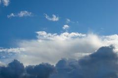 Abend bewölkt sich auf dem Hintergrund des blauen Himmels Lizenzfreies Stockfoto