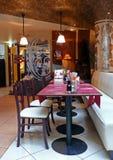 Abend café im Stadtzentrum mit Stühlen Stockbild