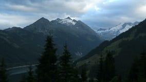 Abend cloudscape von europäischen Alpen in Tirol, Österreich Tauern-Gebirgszug stock footage