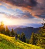 Letzte Strahlen der Sonne in den Bergen Lizenzfreies Stockfoto