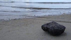 Abend der 75 Million Jahre alter versteinerter Shell Beach Cemeterys, Susan Hoi, Shelly Limestone in Krabi-Provinz Thailand zu stock video footage