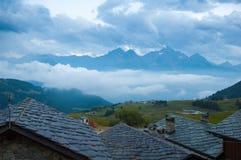 Abend in einem Dorf der großen Höhe Stockfotografie