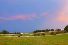 Abend an einem Pferdenbauernhof Stockbilder