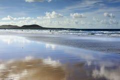 Reflexion an Famara Strand, Lanzarote, Kanarische Inseln, Spanien Lizenzfreie Stockfotos
