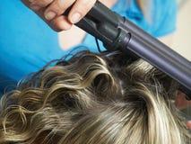 Abend Frau coiffure lassen Stockfotos
