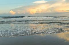 Abend-Glühen am atlantischen Strand, North Carolina stockfoto