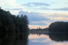 Abend-Himmel über der Spur Forest Reservoir lizenzfreie stockfotos