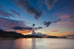 Abend-Himmel auf dem Strand stockfotografie