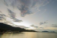 Abend-Himmel auf dem Strand Sonnenaufgang am Khanom Strand, Nakornsrithammarat, Thailand stockbild