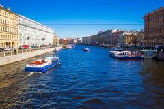 Abend im St Petersburg, Russland Saisonnavigation Stockbilder