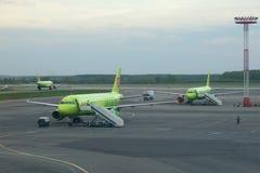 Abend-Mai-Dämmerung auf dem Flugplatz von Domodedovo-Flughafen Lizenzfreie Stockbilder