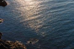 Abend-Meer Rocky Coast View Lizenzfreies Stockfoto