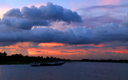 Abend mit Farbe im bewölkten Himmel Lizenzfreie Stockfotos