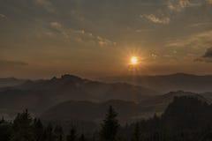 Abend mit Sonnenuntergang auf Slachovky-Hügel stockfoto