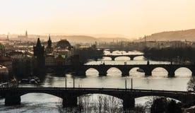 Abend-Prag-Brücke Lizenzfreie Stockfotos