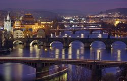 Abend in Prag Panorama der Stadt mit dem die Moldau-Fluss im Vordergrund - Tschechische Republik lizenzfreie stockbilder