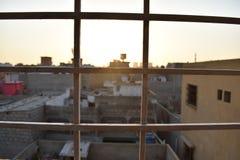 Abend setzt Zeit kleinen Stadtansicht fest stockfotos