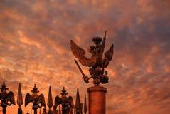 Abend in St Petersburg Ansicht des doppelten Adlers auf dem Tor auf Palast-Quadrat bei Sonnenuntergang in St Petersburg Stockfotografie