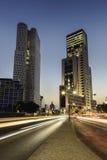 Abend-Stadtlichter und Lichtspuren Stockbild