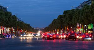 Abend streetview mit Beleuchtung und Verkehr bei Champs-Elysees, Paris Lizenzfreie Stockfotos