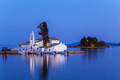 Abend-Szene von Vlacherna-Kloster und von Pontikonisi-Insel, Kan stockfotos