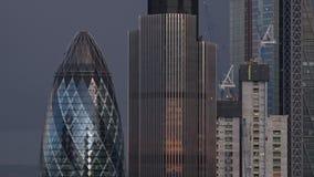 Abend timelapse von London-Stadt-Skylinen/Essiggurke mit dunklen Wolken stock footage